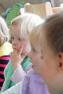 Kinder individuell beobachten und ihnen die notwendige Hilfestellung geben: zur Entwicklung der Kinder beitragen
