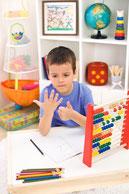 Junge rechnet mit Hilfe seiner Finger