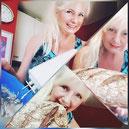 Frau zeigt selbstgebackenes Brot