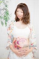 お腹に絵を描いた妊婦