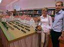 Ingrid und Lars Öller vor dem Modell der Luitpold-Kaserne