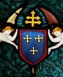 D'azur à trois croix fleuronnées d'or,2, 1, à la bordure engrêlée de gueules