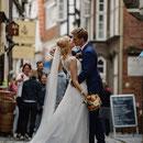 """Foto: """"Hochzeitpaar in historischer Gasse nach kirchlicher Hochzeitszeremonie"""""""