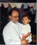 Der mittlerweile verstorbene Mitinitiator des Kinderkrankenhaus-Projektes Pater Vidal Gutierrez mit einem im Kinderkrankenhaus versorgten Kind.