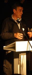 Hans Weingartz stellt dem Publikum Martin Möllerkies vor