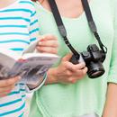 Touristen mit Reiseführer und Kamera