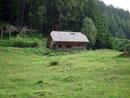 Vorbei an einer kleinen urigen Jagdhütte, …