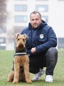 Adam Tesmer mit Spürhund Taylor