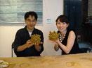 2009年 テレビ神奈川「ハマランチョ」に出演 尾辻アナウンサーにシーサー作りを指導