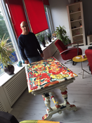 De gelukkige winnaar van de Kunststafel! Deze is beschilderd tijdens de Kunstroute Gouda bij onze workshop van Art & More...
