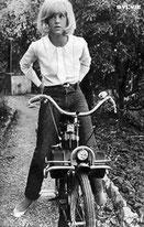 Sylvie Vartan en pantalon sur un solex