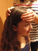 Kinesiologie Übung Stirn-Hinterkopf halten