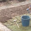 Die Rasenfläche erden abtragen