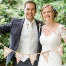 """Foto: """"Hochzeitpaar mit Mr. und Ms. Girlande beim Hochzeitsfotoshooting"""""""