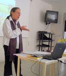 Ingrid lors de la conférence sur les femmes au temps des cathares