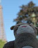 La peluche de Moka la loutre à Paris avec Cloé Perrotin de l'entreprise Illustr'&Vous