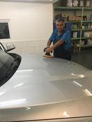 Wash Clean Bochum Mitarbeiter beim Polieren der Motorhaube im Rahmen der Autoaufbereitung