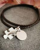 Puzzleteil mit 3 Haarsträhnen und Gravurplatte an einem Lederband