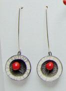 boucles d'oreilles pendantes blanches rouges et noires
