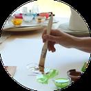 Pinsel malt auf Papier im Kreativraum ZUGvogel Hospiz Sulingen