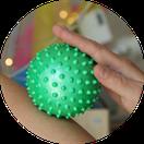 Igelball-Massage im Snoezelraum ZUGvogel Hospiz Sulingen