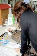 松下幸之助の「日々のことば」を朗読する職員=2012年2月