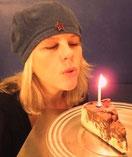 Beate Firlinger mit blauer Haube und Geburtstagstorte
