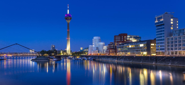 fotostandort, sonnenuntergang, düsseldorf, skyline, medienhafen, rheinturm, gehry bauten, brücke, blaue stunde