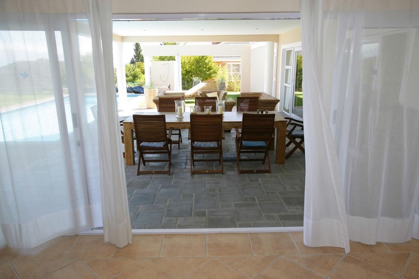 Ferienhaus Kleinberger Südafrika Somerset West - Blick aus dem Wohnbereich auf die Terrasse mit Pool
