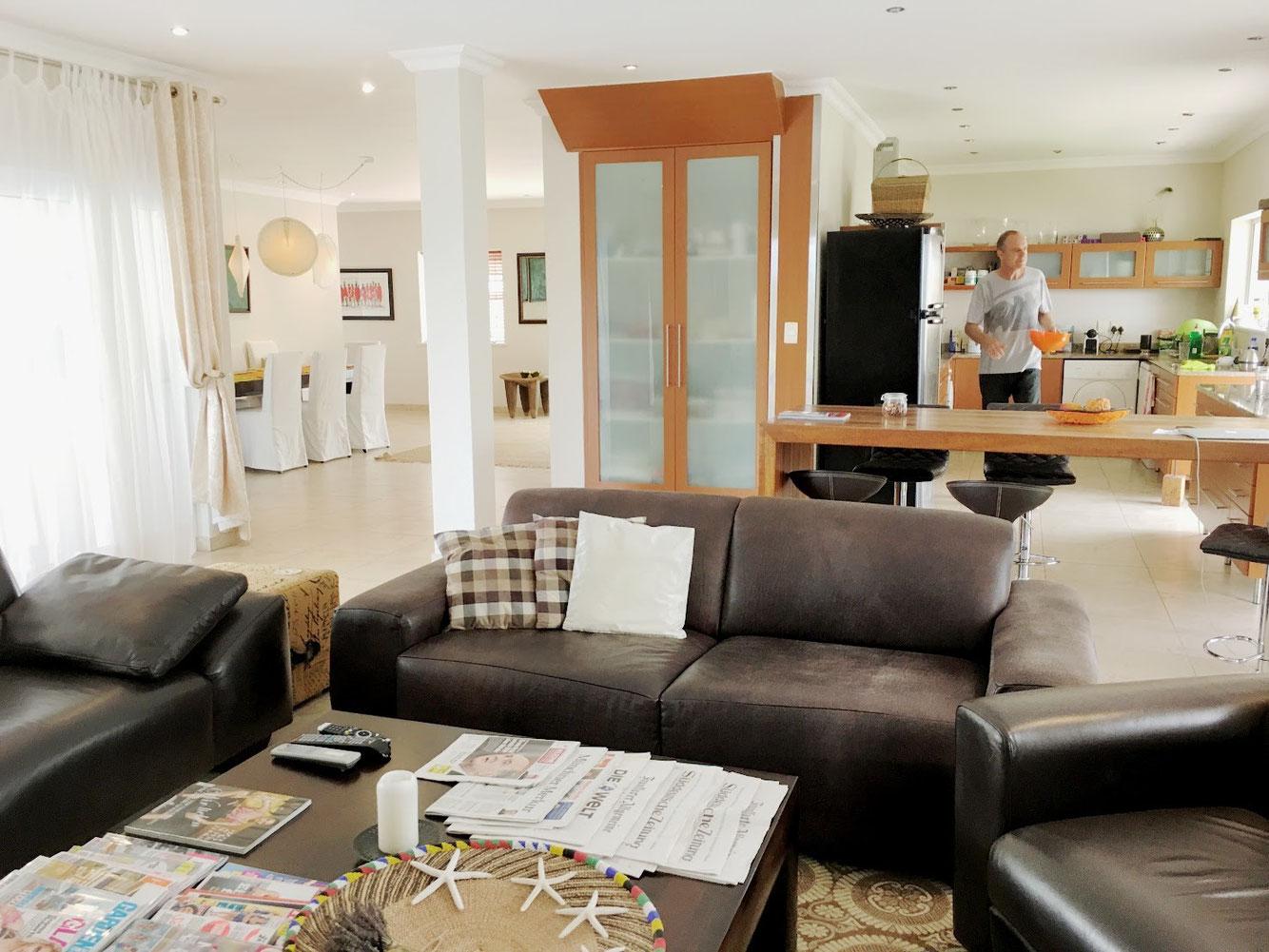 Ferienhaus Kleinberger. Der fließende Übergang vom Wohnzimmer in den Essbereich und in die Küche setzt sich bewusst auch in diese Richtung fort.