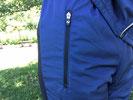 ファスナー付きポケットは右側に1つあります