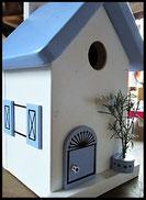 Vogelhuisje, nestkastje hout_nestkastje wit 2_Lichtblauw_dak_deur_ramen_bloempot