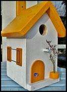 Vogelhuisje, nestkastje hout_nestkastje wit 3_Dottergeel_dak_deur_ramen_bloempot