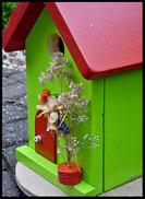 Vogelhuisje,nestkastje hout_nestkastje Appelgroen_rood dak en rood deur_detail