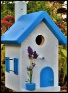 Vogelhuisje, nestkastje hout_nestkastje wit 7_Lichtblauw_dak_deur_ramen_bloempot