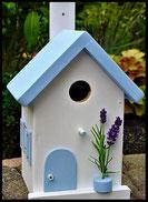 Vogelhuisje, nestkastje hout_nestkastje wit 21_Lichtblauw_dak_deur_ramen_bloempot