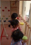 望遠鏡をのぞく三人の子ども