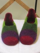 Filzpuschen Gaudi. Ein Modell mit Lasche und breiten bunten Streifen in weinrot lila mittelgruen und hellgruen.