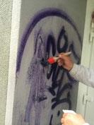 Graffiti wird mit Reiniger vorbehandelt und mit weichen Tüchern einfach weggewischt.