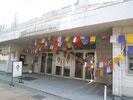 タルチョの旗でチベットの聖地と化した、大正時代に建てられた映画館「上田映劇」。この日は古い映画館が輝いていました。