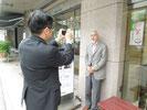 某大手新聞社の取材で顔写真を撮られる監督