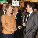 Die Grünen-Fraktionsvorsitzende Renate Künast im Gespräch mit dem Edeka-Vorsitzenden. Foto: Helga Karl