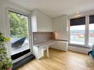 Arbeitszimmer-Einrichtung raumhohen Einbauschränken und ausziehbarer Schreibtischplatte in weiß und grau, Büromöbel u. Schreibtisch mit Unterschränken u. Aktenschränken, Schreibtisch mit Arbeitsbeleuchtung