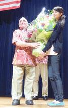 講演終了後、花束を渡される「テキサス親父」ことトニー・マラーノさん