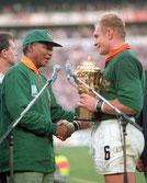 Mandela recibe al capitán de la selección de rugby de Sudáfrica, símbolo de la unidad del país tras décadas de apartheid.