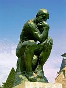 Statue représentant un homme en train de méditer, semblant devoir faire face à un profond dilemme.