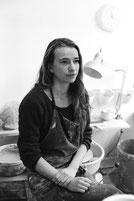 portrait d'Hélène Morbu dans son atelier
