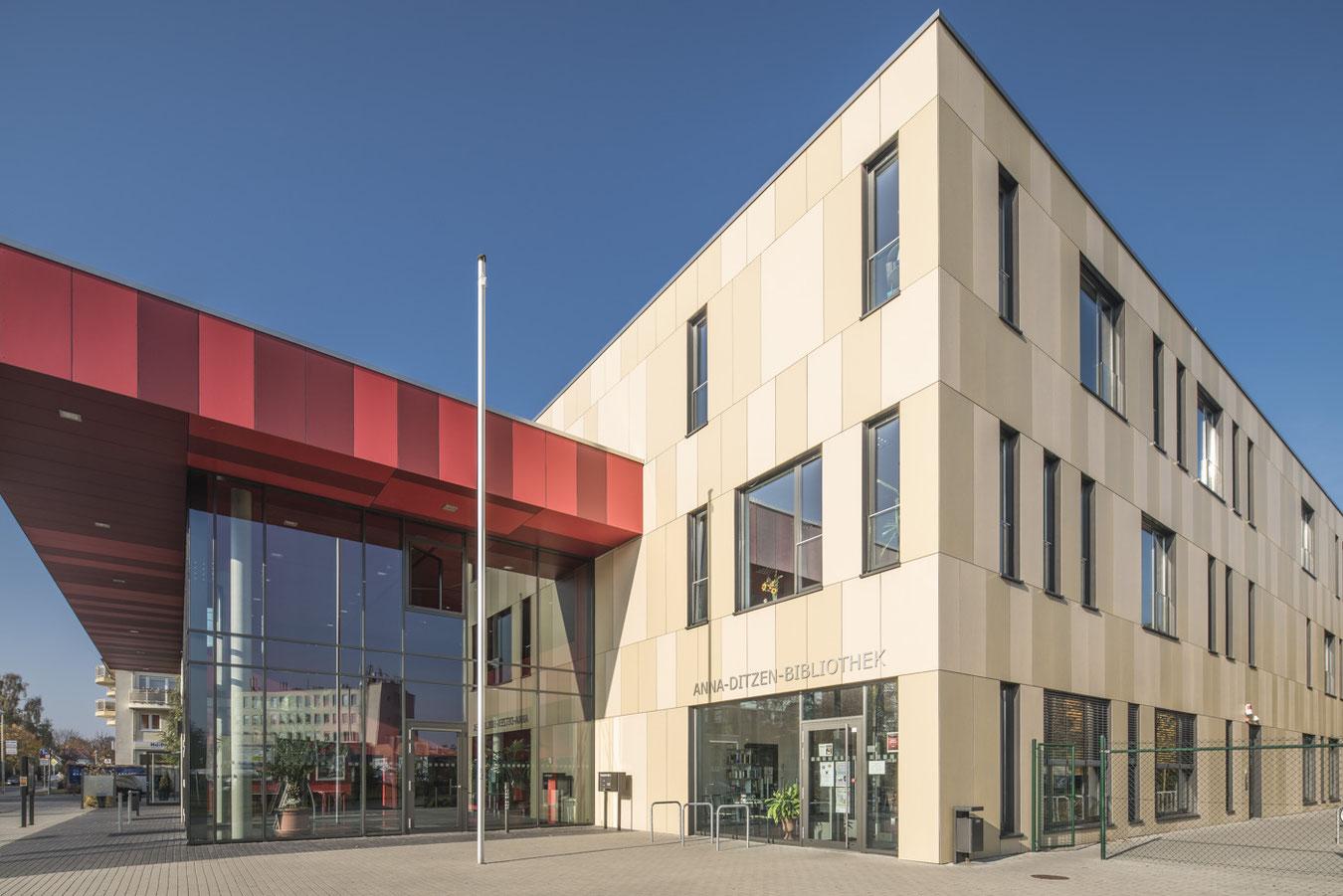 Fassade mit Eingang zur Anna-Ditzen-Bibliothek