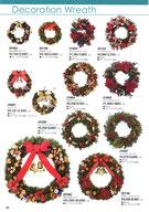 クリスマス飾りのオーナメント付きのリース