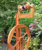 Spinnrad aus Holz im Grünen